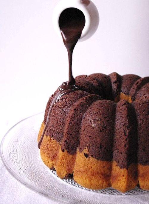 La magie de verser le glaçage chocolat sur un gâteau