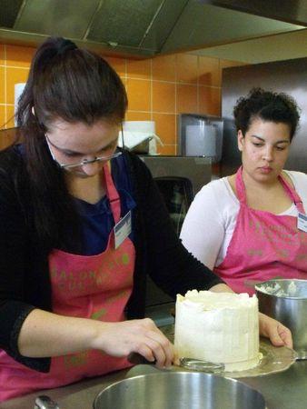 Lissage de la crème au beurre meringue suisse à la spatule.