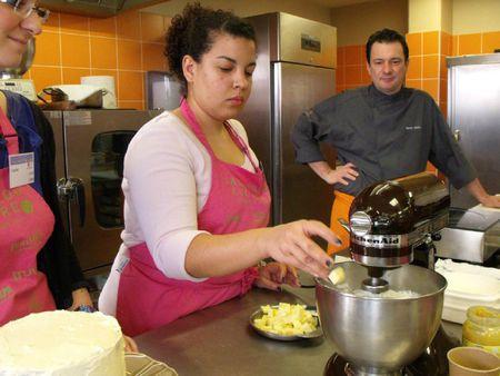 Incorporation du beurre petit à petit dans la crème au beurre meringue suisse
