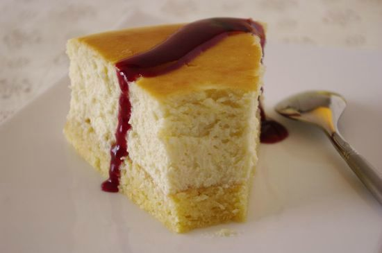 Une part du New York cheesecake de Junior's avec du coulis