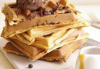 Une recette de gaufres toutes simples avec des pépites de chocolat et de la banane