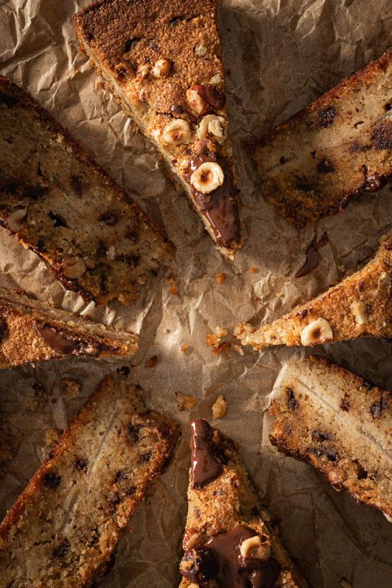 Des parts de gâteau poire noisettes vues de dessus
