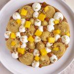 Tarte Fantastik composée d'une base en sablé breton, de mousseline spéculos, de sauce caramel, de chantilly et de dés de mangue