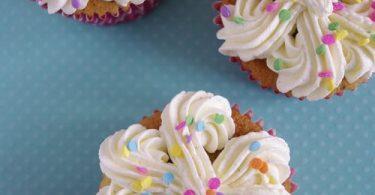 Cupcakes à la vanille avec des confettis en sucre pour colorer la pâte, ça s'appelle les cupcakes funfetti