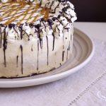 Gâteau glacé composé de glace vanille, de glace caramel et d'une base de gâteau au chocolat