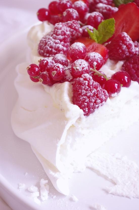 Pavlova fraises, framboises et groseilles