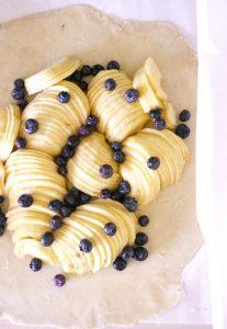 Pommes et myrtilles pour une tarte rustique