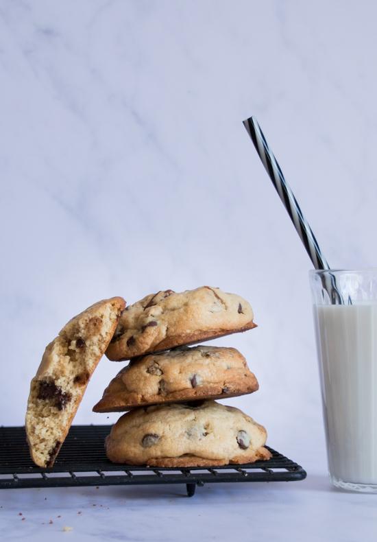 Des cookies chocolat pécan et un grand verre de lait