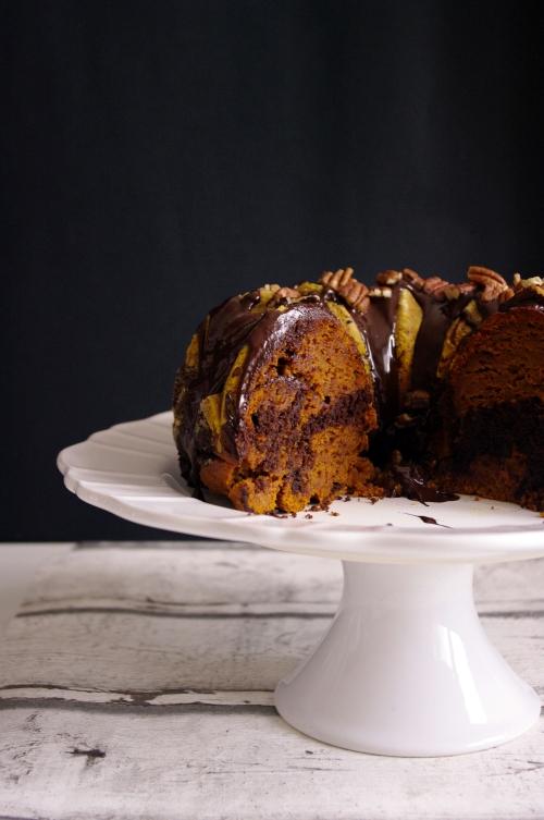 Découpe du bundt cake à la citrouille