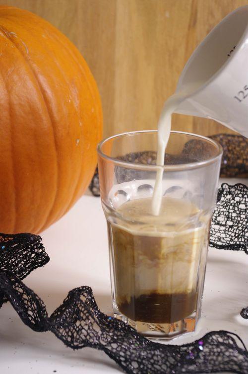 Ajout du lait dans le pumpkin spice latte