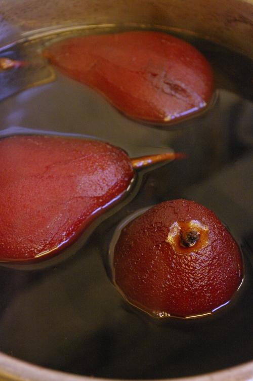 Comment faire des poires pochées au vin rouge ?