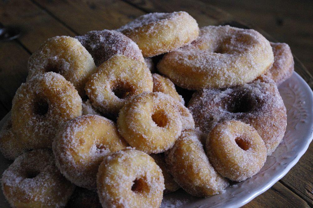 Une montagne de mini donuts à la cannelle
