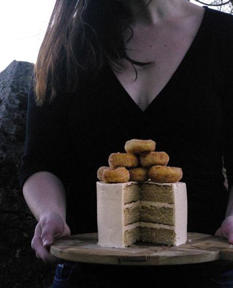 Un layer cake aux donuts à la cannelle entre de bonnes mains