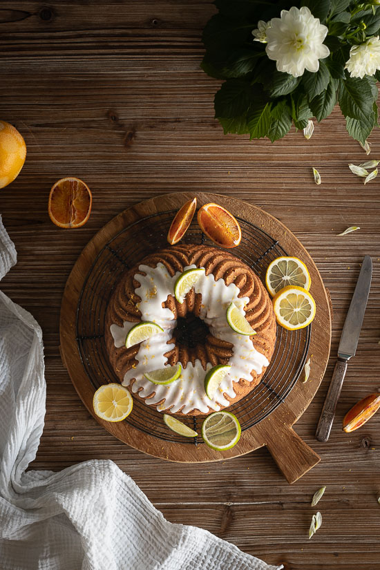 Un gâteau en forme de couronne parfumé aux agrumes