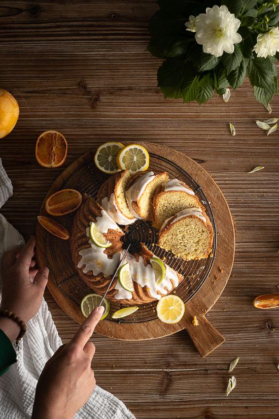 Découpe d'un bundt cake aux agrumes