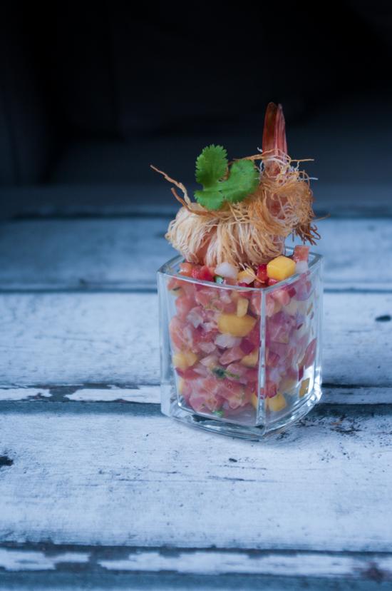 Tartare de saumon exotique avec de la mangue et une crevette enroulée dans du kadaif