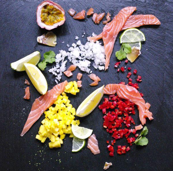 Tartare de saumon exotique avecde la mangue et une crevette enroulée dans du kadaif