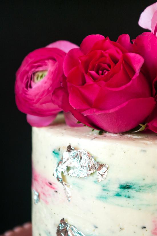 Les roses et renoncules en décoration du gâteau
