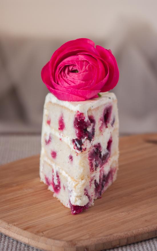 Une belle part de gâteau aux fruits rouges