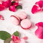 Trio de macarons au parfum fleuri de rose et de framboise