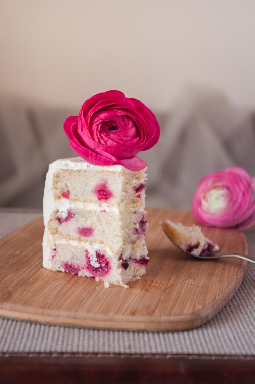Une belle part de gâteau avec les trois couches de biscuit au thé apparentes