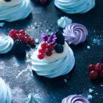Pavlova aux fruits rouges et ganache montée chocolat blanc vanille