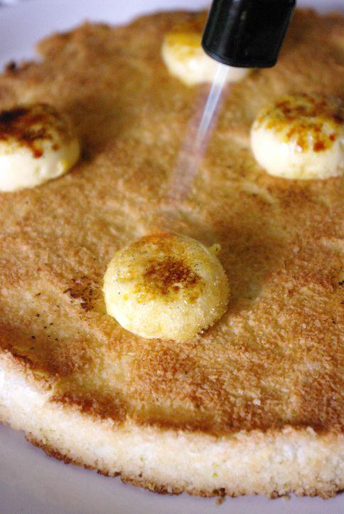 L'étape de la caramélisation de la crème brûlée