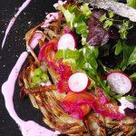 Une salade fraîche sur le saumon mariné