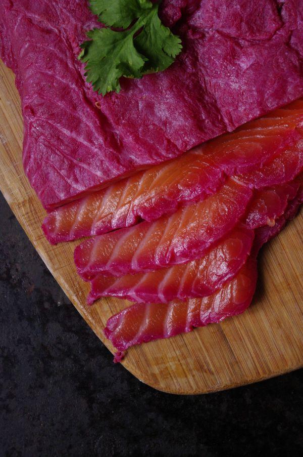 Découvrir la chair rose du saumon mariné