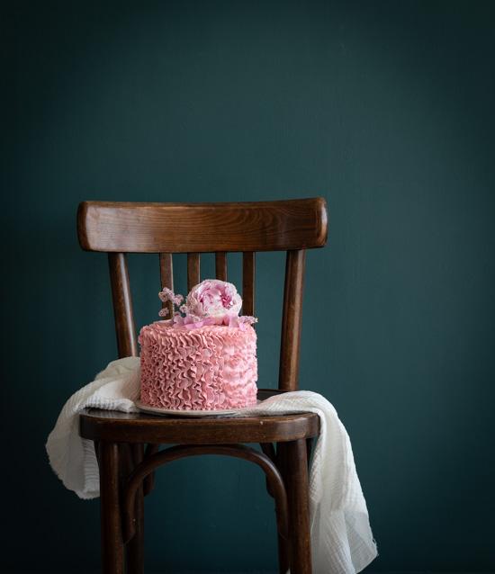 Une beau gâteau d'anniversaire à la vanille avec des volants roses