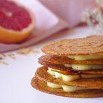 Un délicat millefeuille fait de fines couches de feuilletage caramélisé et d'une crème gingembre et poivre de Timut