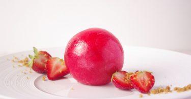 Dessert autour de la fraise avec une sphère en sucre