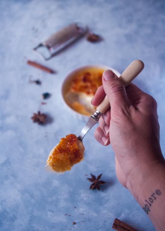 Crème brûlée aux épices avec de la cannelle, de la badiane, de la vanille et de la fève tonka.