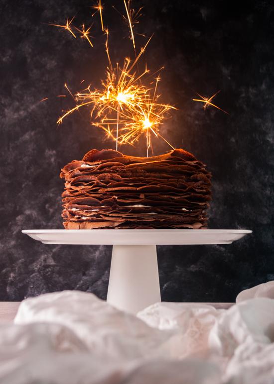 Gâteau de crêpes chocolat vanille composé de crêpes au chocolat et de chantilly mascarpone à la vanille