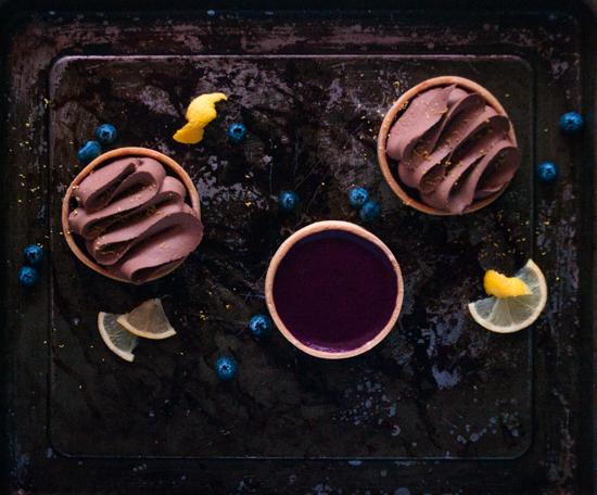 Tartelettes avec un fond de crémeux à la myrtille et par dessus de la ganache montée au chocolat noir.