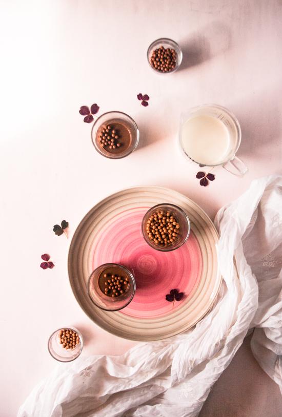 Petits pots de crème au chocolat et billes croustillantes