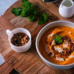 Un peu de coriandre fraîche sur la soupe carotte patate douce