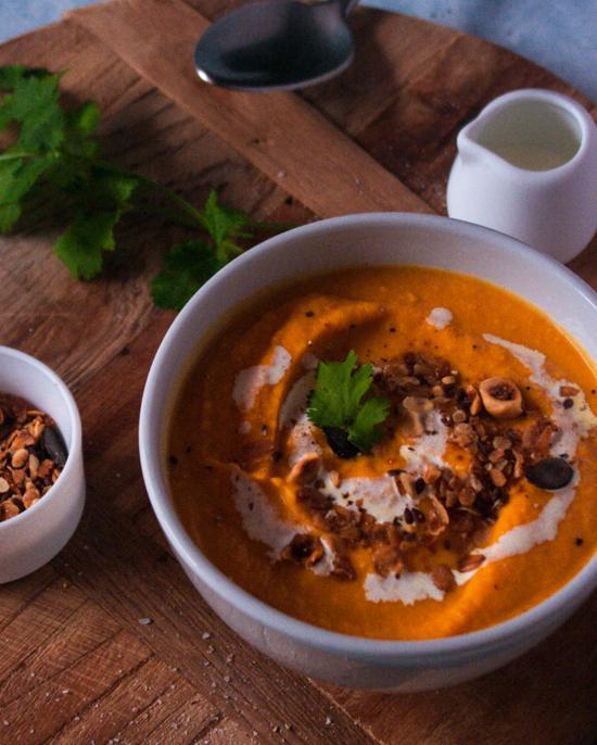 Petit zoom sur le granola salé de cette soupe carotte patate douce