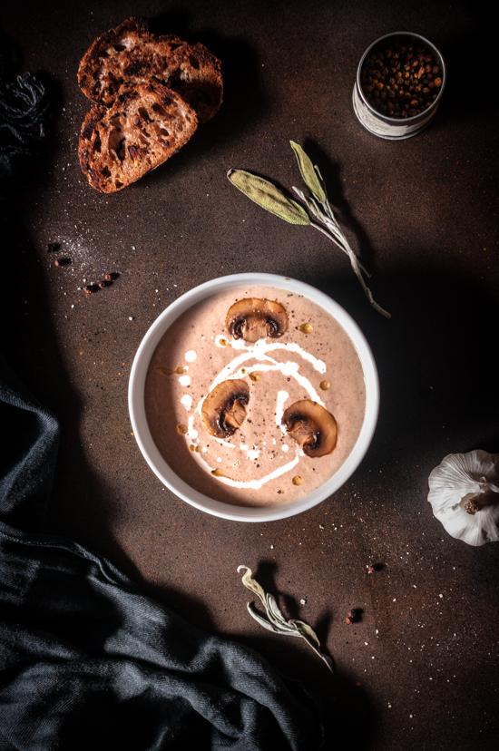 Croutons, crème et champignons pour une soupe veloutée