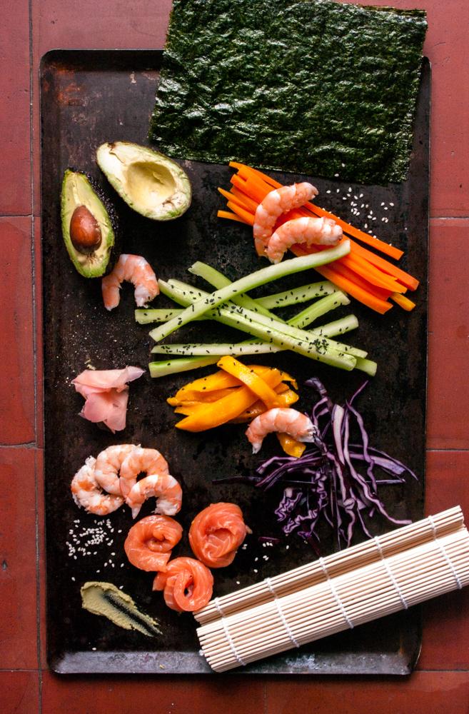Ingrédients coupés en bâtonnets pour les sushis