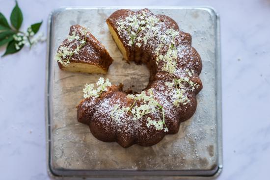 Un beau gâteau en forme de couronne au citron et fleurs de sureau