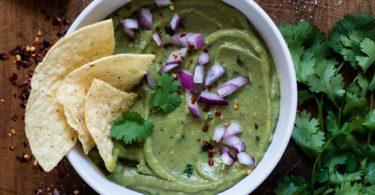 Guacamole facile à servir avec des tortillas croustillantes pour l'apéro