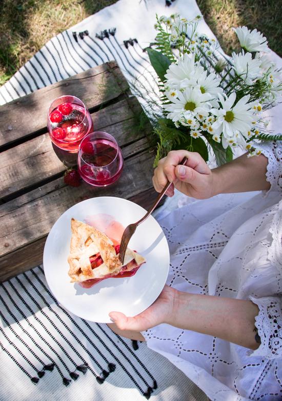 Une part de tarte pêche fraise qui donne envie