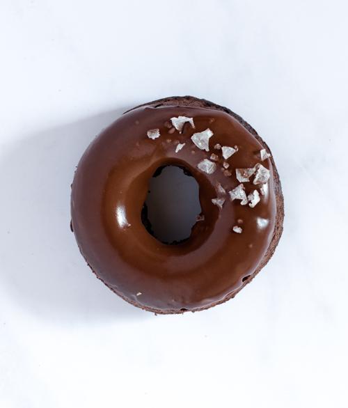 Donuts chocolat cacahuètes et cristaux de sel