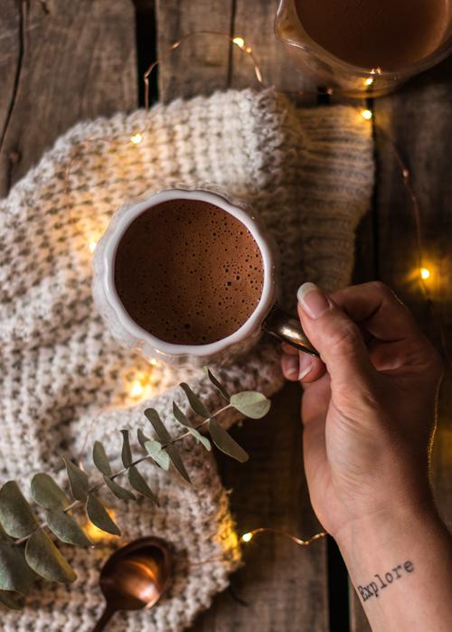 Mon chocolat chaud préféré pour le goûter, avec du lait et de la purée d'amandes