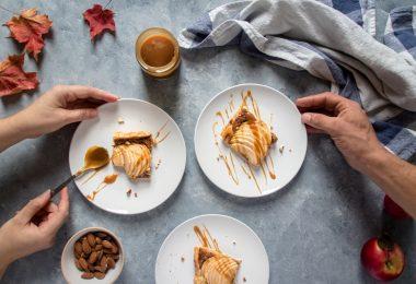 Une tarte aux pommes avec des noisettes et des amandes pour le goûter