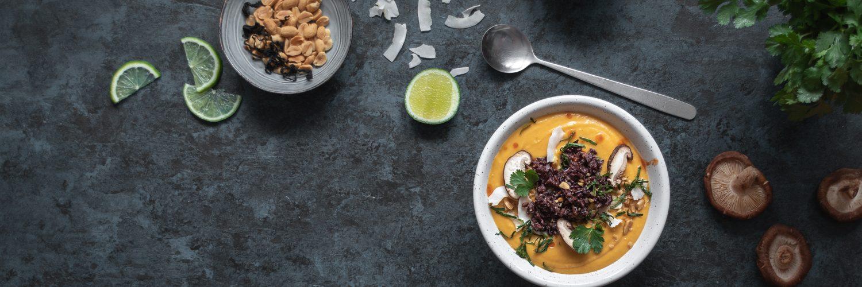 Soupe thaïe à la butternut, lait de coco et cacahuètes