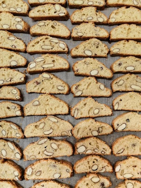 Plaque à pâtisserie remplie de biscotti aux amandes
