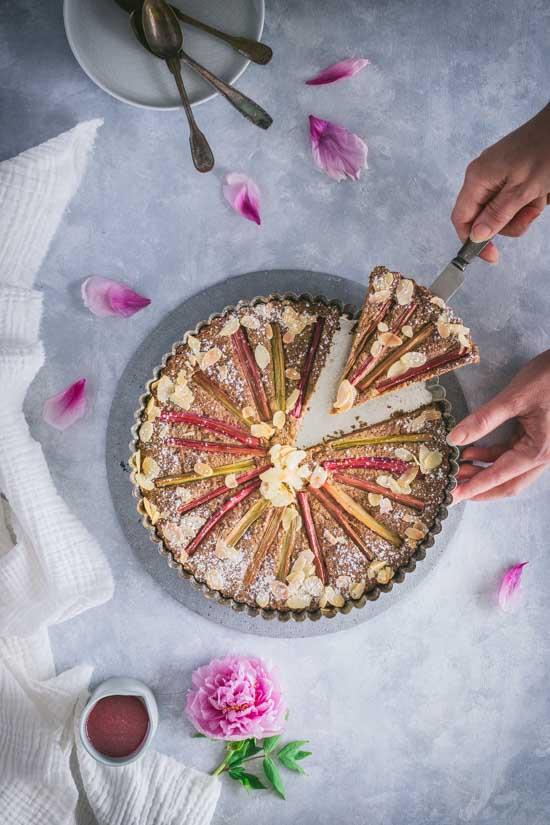 Découpe d'une part de gâteau à la rhubarbe