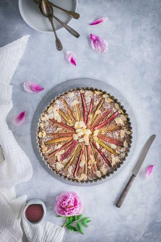 Gâteau à la rhubarbe et aux amandes avec son sirop fraise rhubarbe